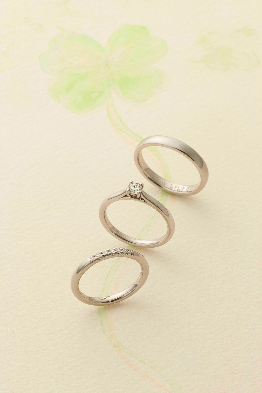 シンプルなデザインでも結婚指輪と重ね使いできるデザイン